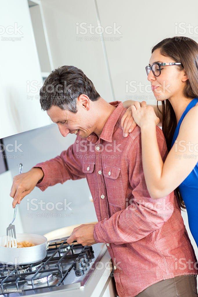 couple heureux dans leur Nouvelle cuisine  photo libre de droits