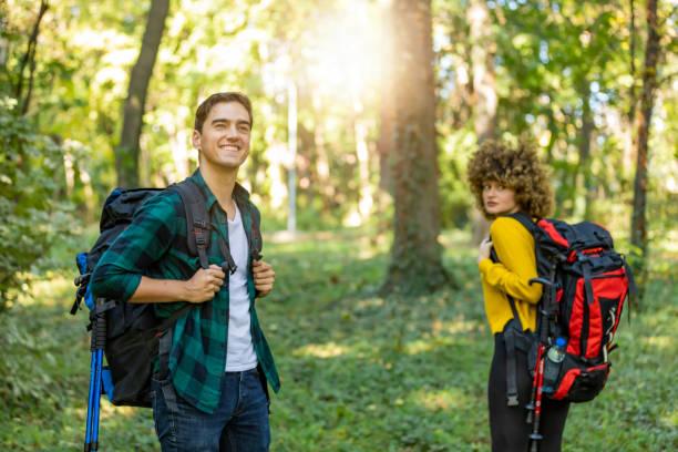 glückliches paar wandert im wald. - doppelstabmatten stock-fotos und bilder