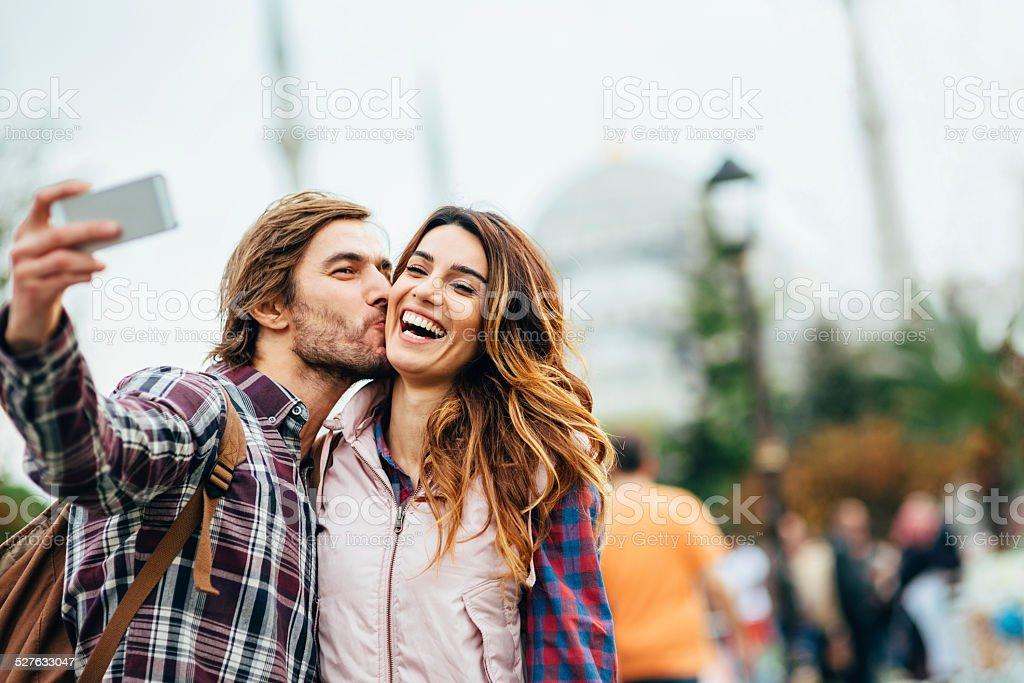 Casal feliz fazendo selfie na Turquia - foto de acervo