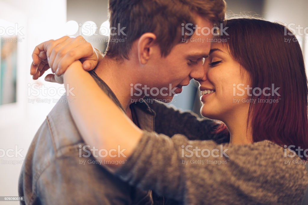 Momentos de la parejita feliz juntos - foto de stock