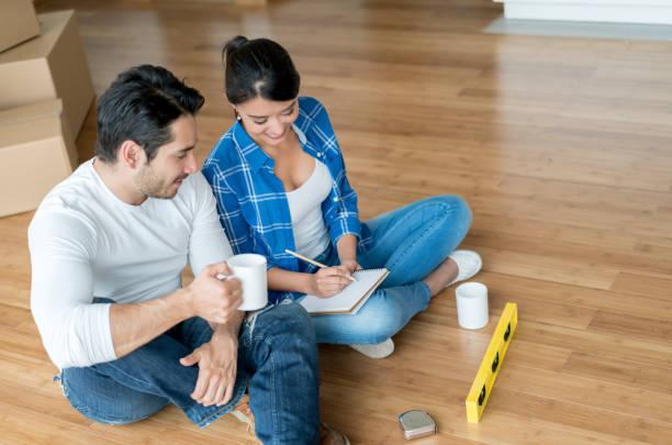 glückliches paar, die zu hause - umzug checkliste stock-fotos und bilder
