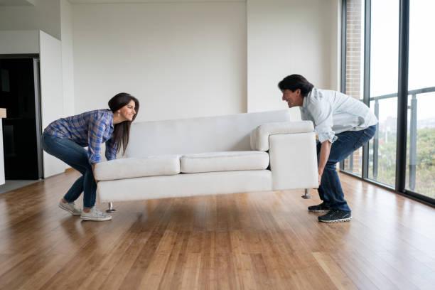 glückliches paar moving house  - umzug checkliste stock-fotos und bilder