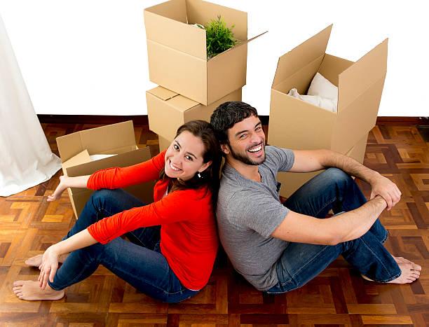 Glückliches Paar Umzug in neue Flachbildfernseher Kisten Auspacken Pappe – Foto