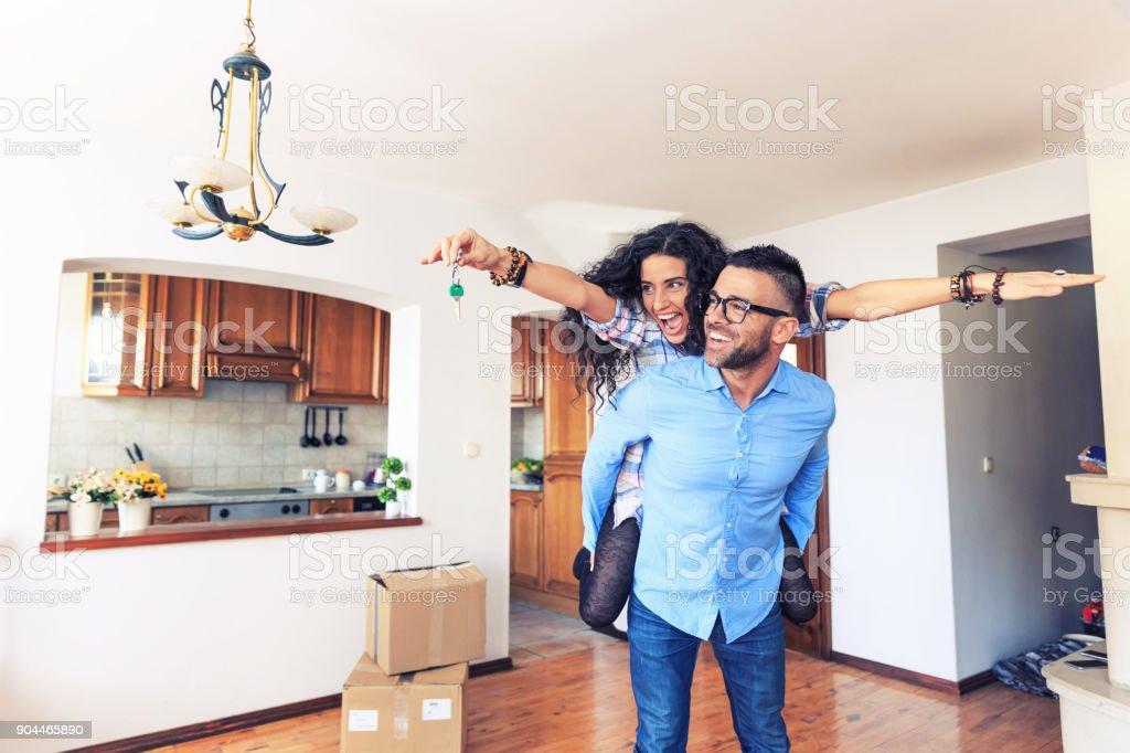 Glückliches Paar Umzug in neues Zuhause – Foto