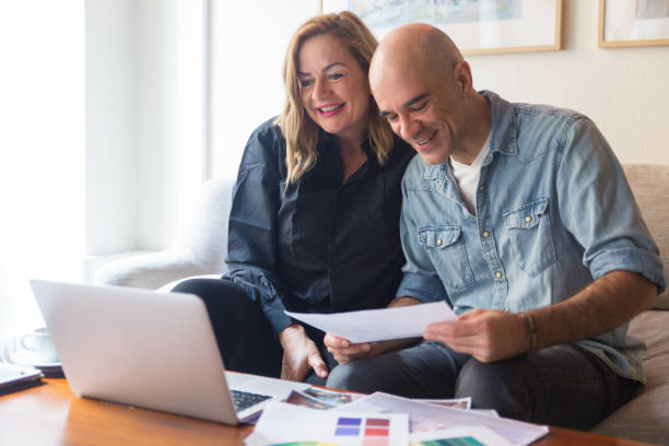 Glückliches Paar von Kunden im Gespräch mit Innenarchitekt – Foto