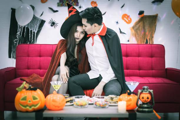 glückliches paar liebe in halloween-kostüm und make-up feiern in halloween-nacht-party - dracula schminken stock-fotos und bilder