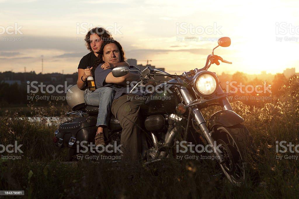 Glückliches Paar auf dem Fahrrad – Foto