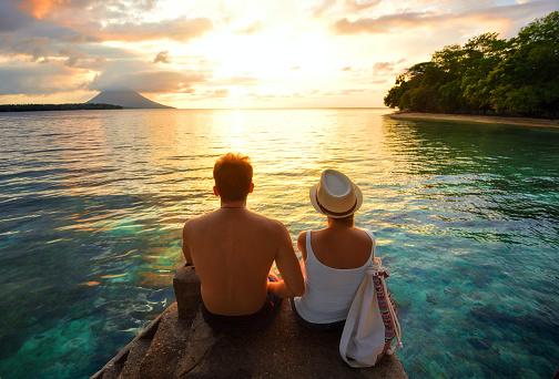 Happy Couple On The Pier On Background Colorful Sunset Stok Fotoğraflar & Adamlar'nin Daha Fazla Resimleri