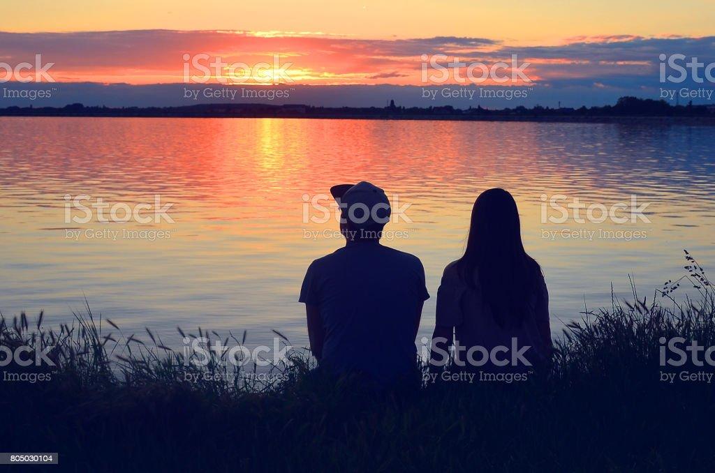 Brautpaar auf der Pier am farbenprächtigen Sonnenuntergang Hintergrund – Foto