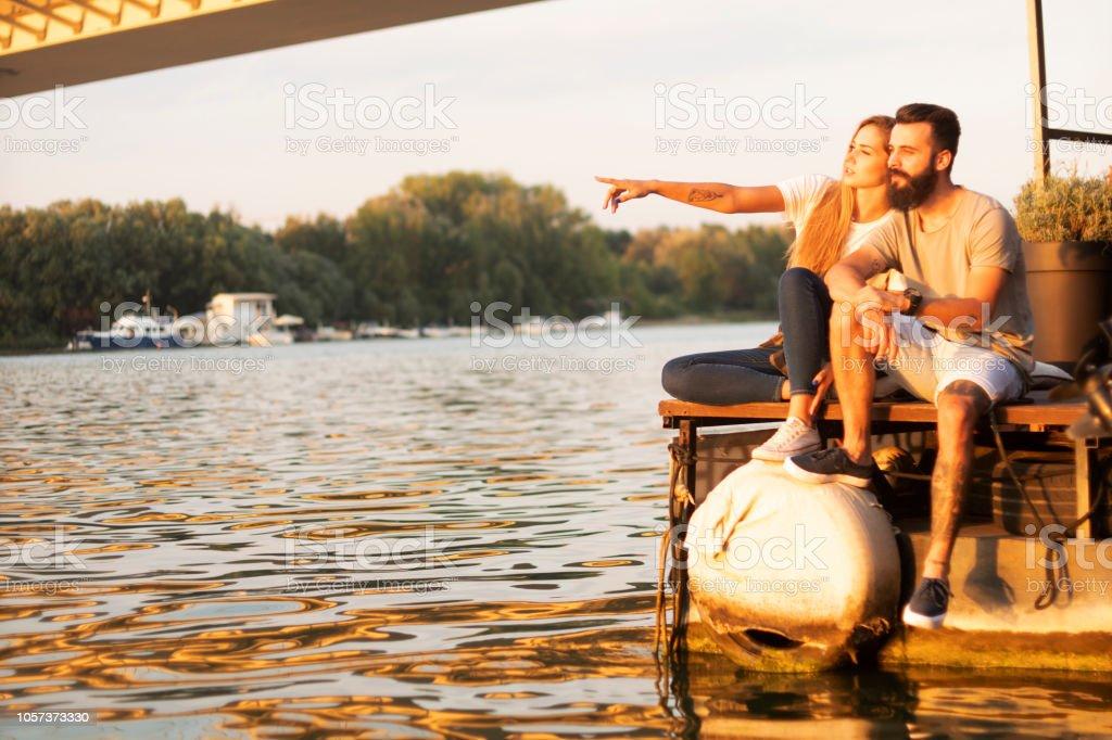Brautpaar auf dem Fluss – Foto