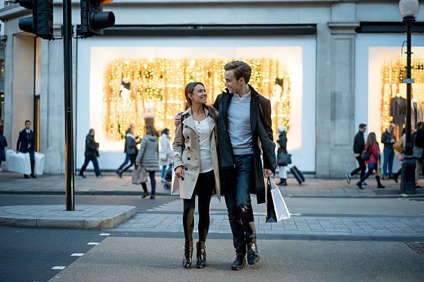 couple heureux sur des - mode londres photos et images de collection