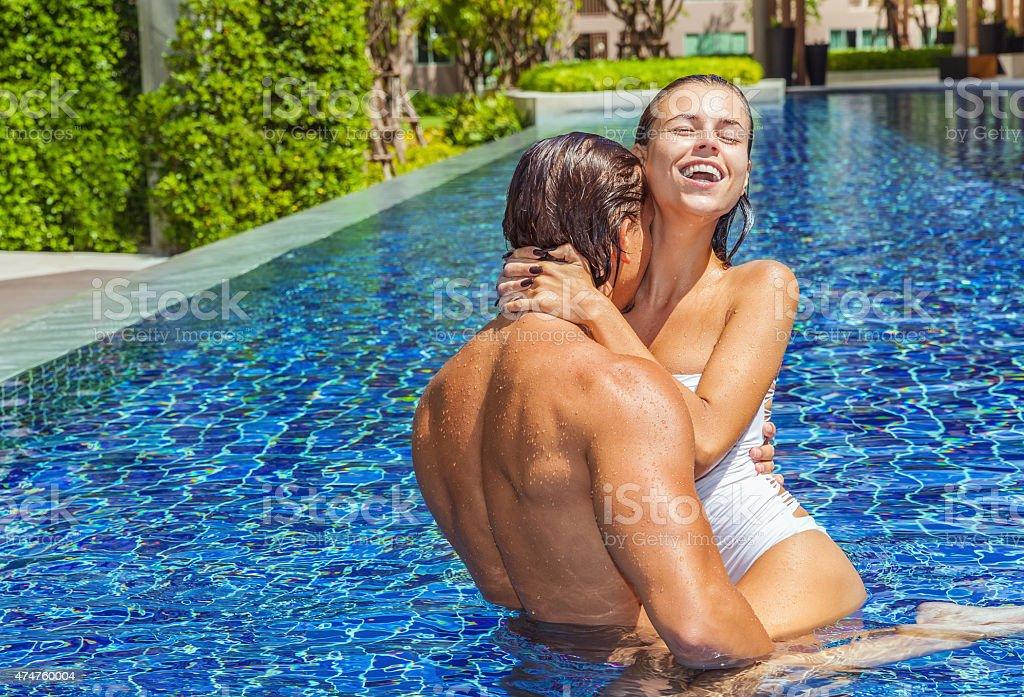Мужик натянул сексуальную соседку у бассейна - порно фото