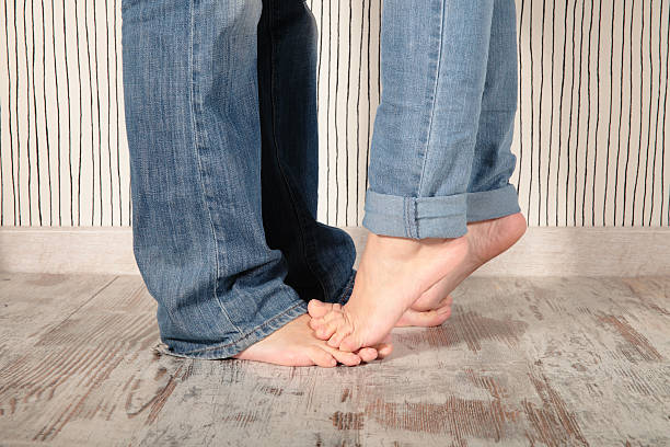 glückliche paar - bräutigam jeans stock-fotos und bilder