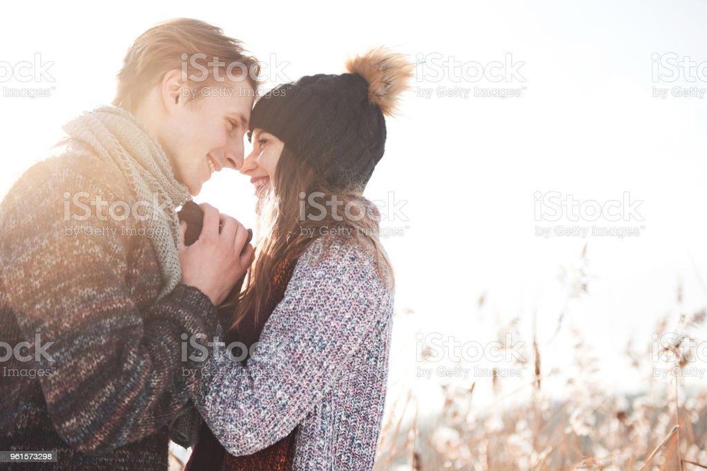 Glückliches Paar zusammen in Urlaub Winterurlaub außerhalb spielerisch im Snowpark – Foto