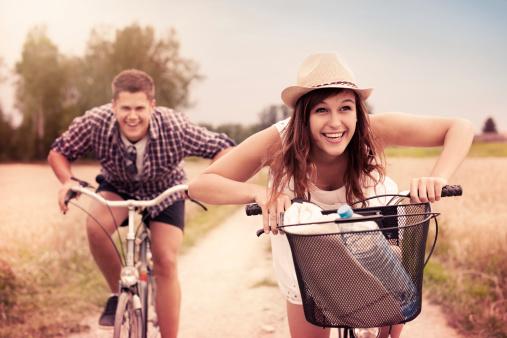 Glückliches Paar Racing Auf Fahrräder Stockfoto und mehr Bilder von Aktivitäten und Sport