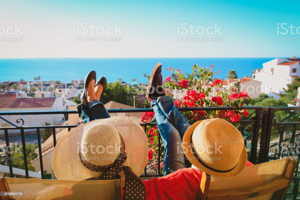 幸せなカップルは、バルコニー テラスでリラックスします。 ストックフォト