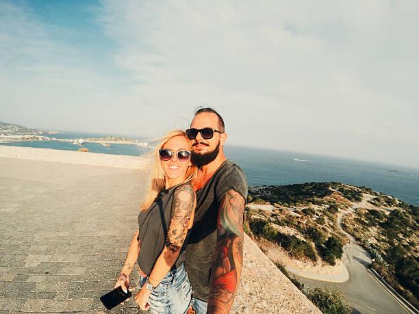 glückliches paar selfie - ehepaar tattoos stock-fotos und bilder