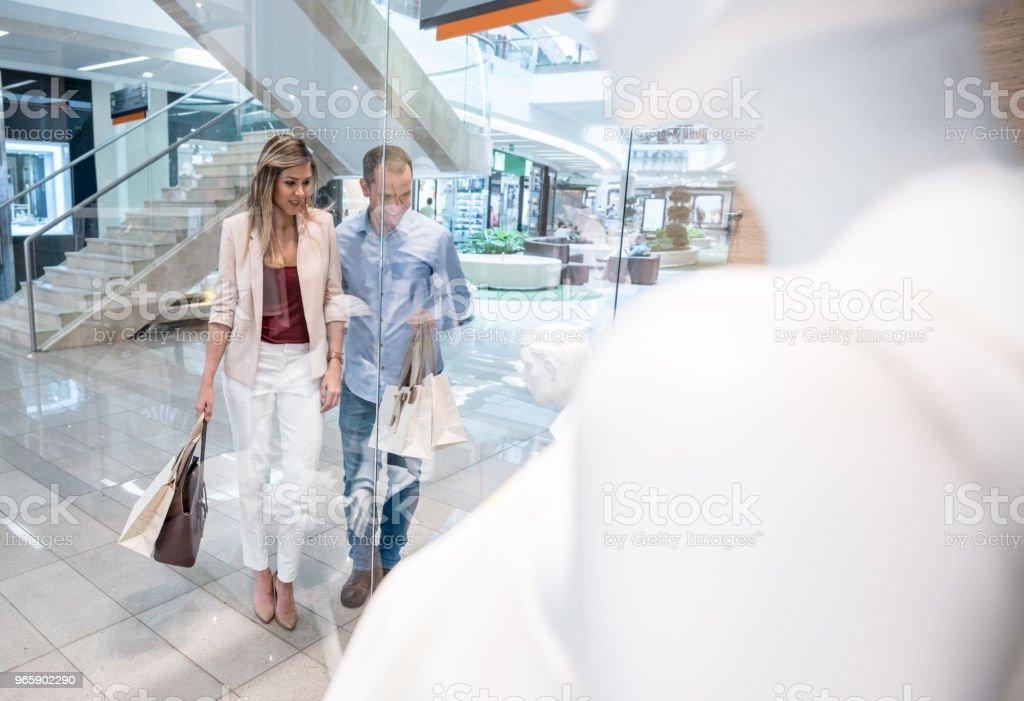 Gelukkige paar winkelen in het winkelcentrum - Royalty-free 30-39 jaar Stockfoto