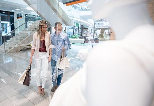 Gelukkige Paar Winkelen In Het Winkelcentrum Stockfoto en meer beelden van 30-39 jaar