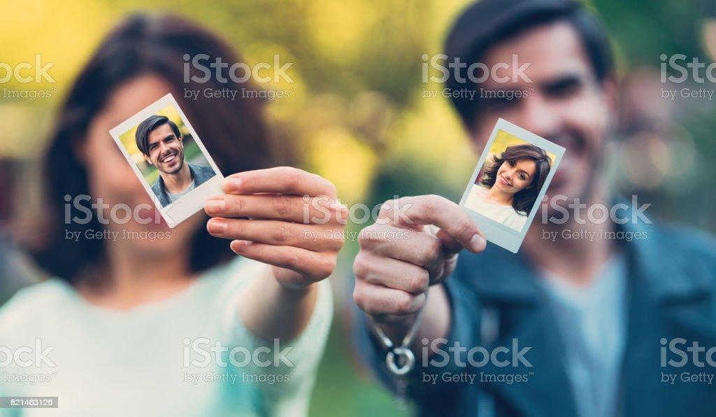 Casal feliz mostrando auto-retratos instantâneos - foto de acervo