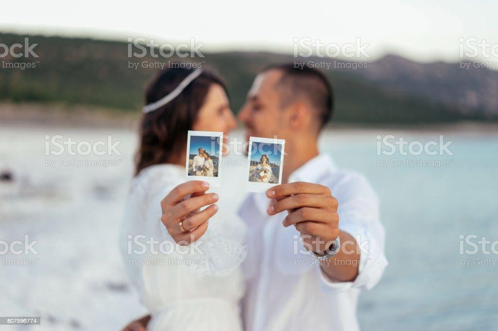 Casal feliz mostrando uma foto polaroid selfie - foto de acervo