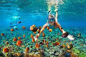 幸せなカップルの水中サンゴ礁でシュノーケ リング
