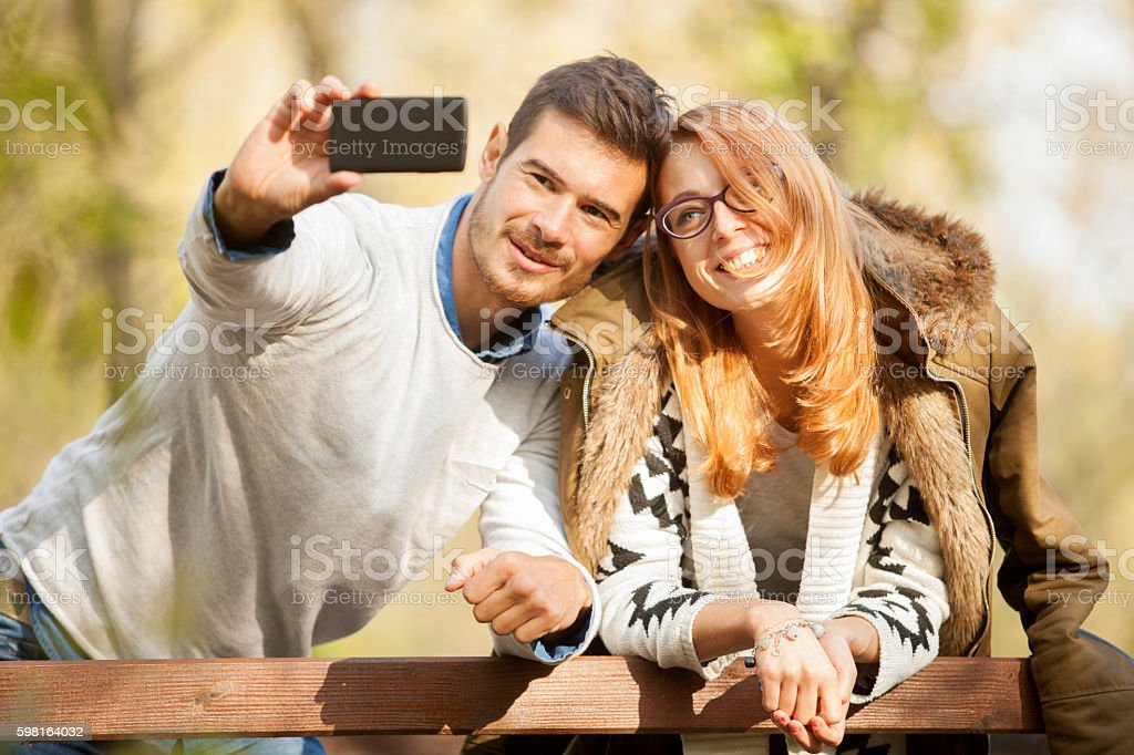 Glückliches Paar, die ein Selfie Foto im Freien – Foto