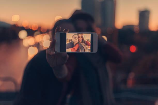 Heureux couple prenant une autophoto  - Photo