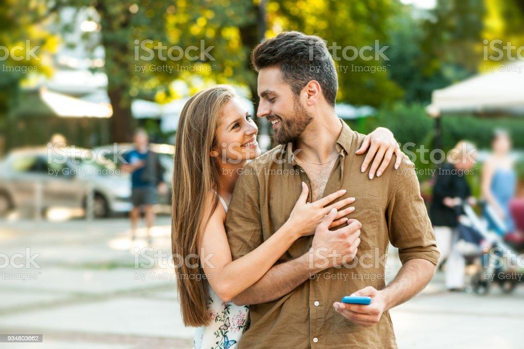 행복 한 커플 문자 야외 - 로열티 프리 20-29세 스톡 사진