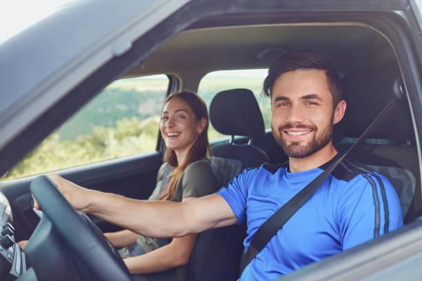 Glückliches Paar im Sommer mit dem Auto anreisen – Foto