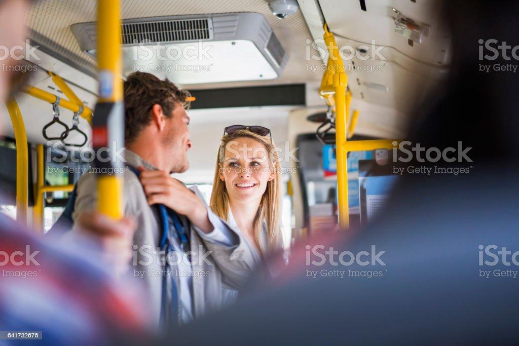 Glückliches Paar Reisen im bus – Foto
