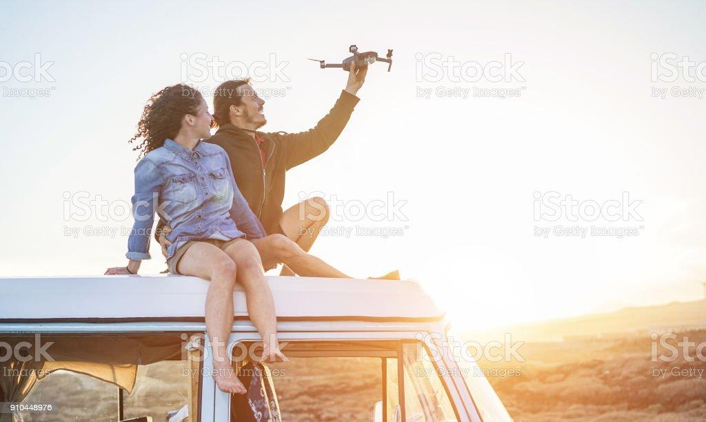 Brautpaar Mit Einer Drohne Sitting On Top Of Vintage Minivan Bei