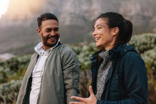 幸せなカップルが歩いていると田舎の話 - アフリカ旅行 ストックフォトと画像