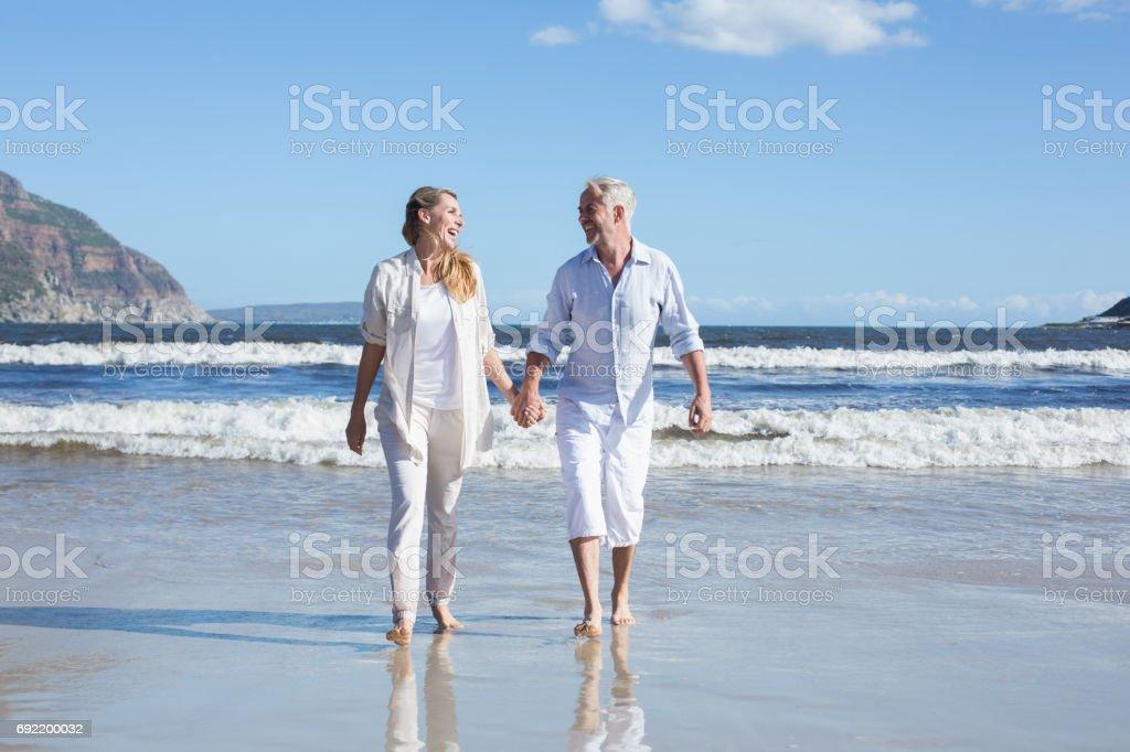 Glückliches Paar barfuß am Strand – Foto