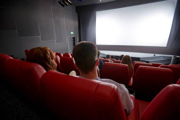 glückliches Paar schaut Film im Theater oder Kino – Foto