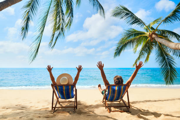 Glückliches Paar mit Armen oben entspannen am Strand genießen schönes Meer auf der tropischen Insel – Foto