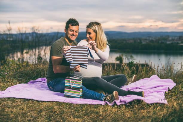 Brautpaar mit Baby-Kleidung – Foto