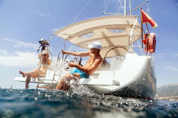 Feliz pareja en yate de vela de lujosos cruceros y diversión - foto de stock