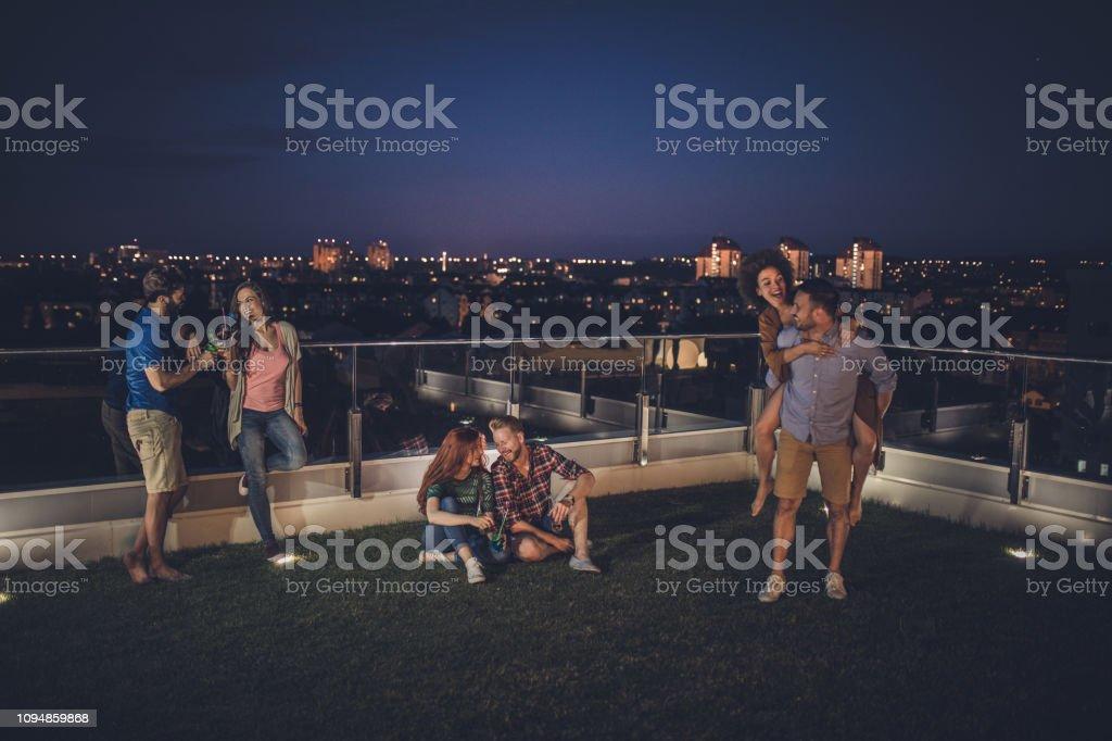 Feliz Pareja Pasando Una Noche En Una Terraza De ático Foto