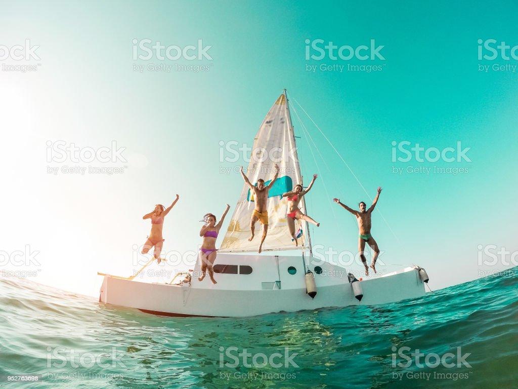 Glücklich, verrückten Freunde Tauchen vom Segelboot ins Meer - junge Menschen springen im Ozean im Sommerurlaub - Schwerpunkt auf Zentrum Jungs - Reisen und Spaß Konzept - Fisheye-Objektiv-Verzeichnung – Foto