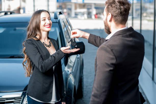 zufriedener kunde und verkäufer in der nähe von auto - mietwagen stock-fotos und bilder