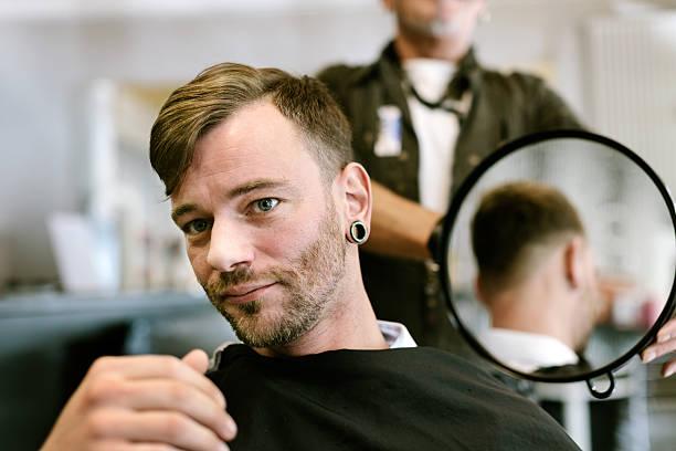 Glücklichen Kunden mit neuen Haarschnitt – Foto