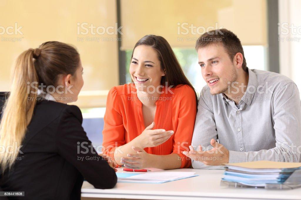 Clients heureux de parler avec l'employé de bureau - Photo