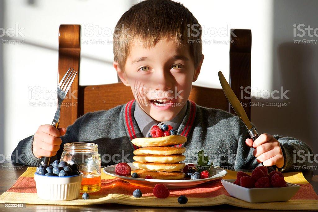 Glücklich hübsche student Kind mit riesigen Frühstück – Foto