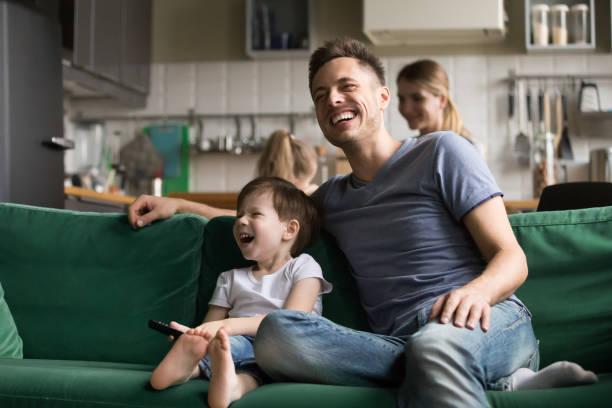 행복 한 아빠와 아이 아들 함께 tv를 보고 웃 고 - 시리즈 일부 뉴스 사진 이미지