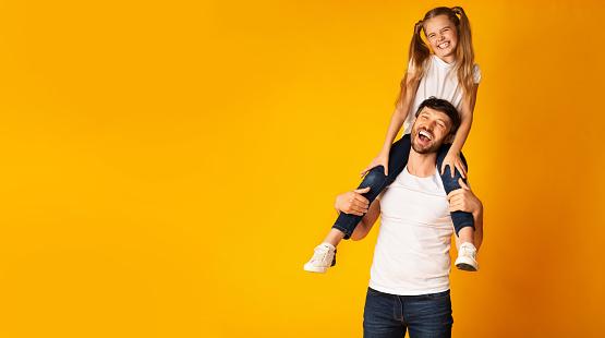 Glücklicher Vater Tragen Tochter Auf Schultern Auf Gelbem Hintergrund Panorama Stockfoto und mehr Bilder von Alleinerzieher