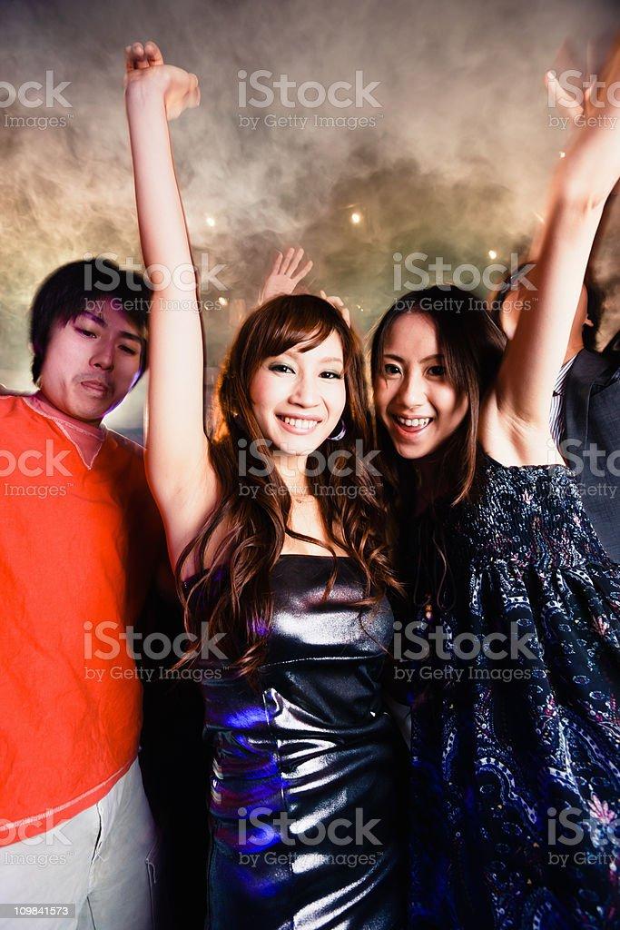 Fotografía de Feliz Chicas Bailando En El Club Nocturno Discoteca ...