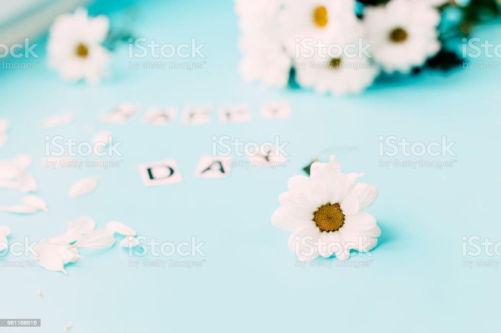 Fleurs blanc dejonc lettres happy u photos et plus d images de