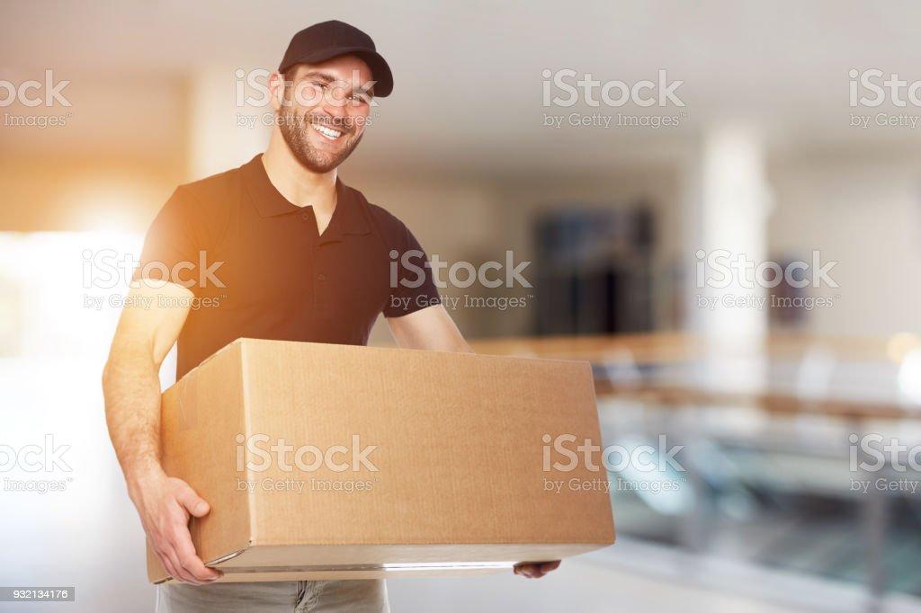 Glücklich Lieferbote mit box – Foto