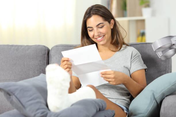 happy uitgeschakeld vrouw reaidng een brief - snavel stockfoto's en -beelden